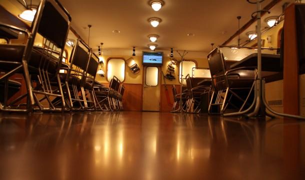 Интерьер пивного бара Метро в виде вагона Еж