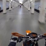 На мотоцикле по станции метро