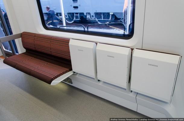 Откидные сидения в вагоне метро Siemens