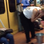 парень моется в метро