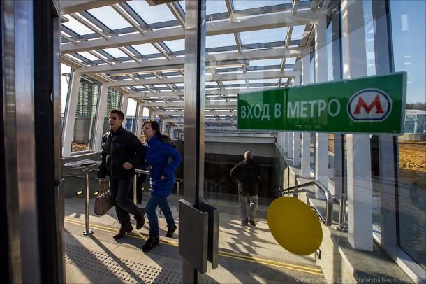 Вход на станцию Лесопарковая