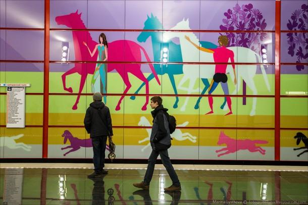 Лошади изображены на пано на станции Битцевский парк