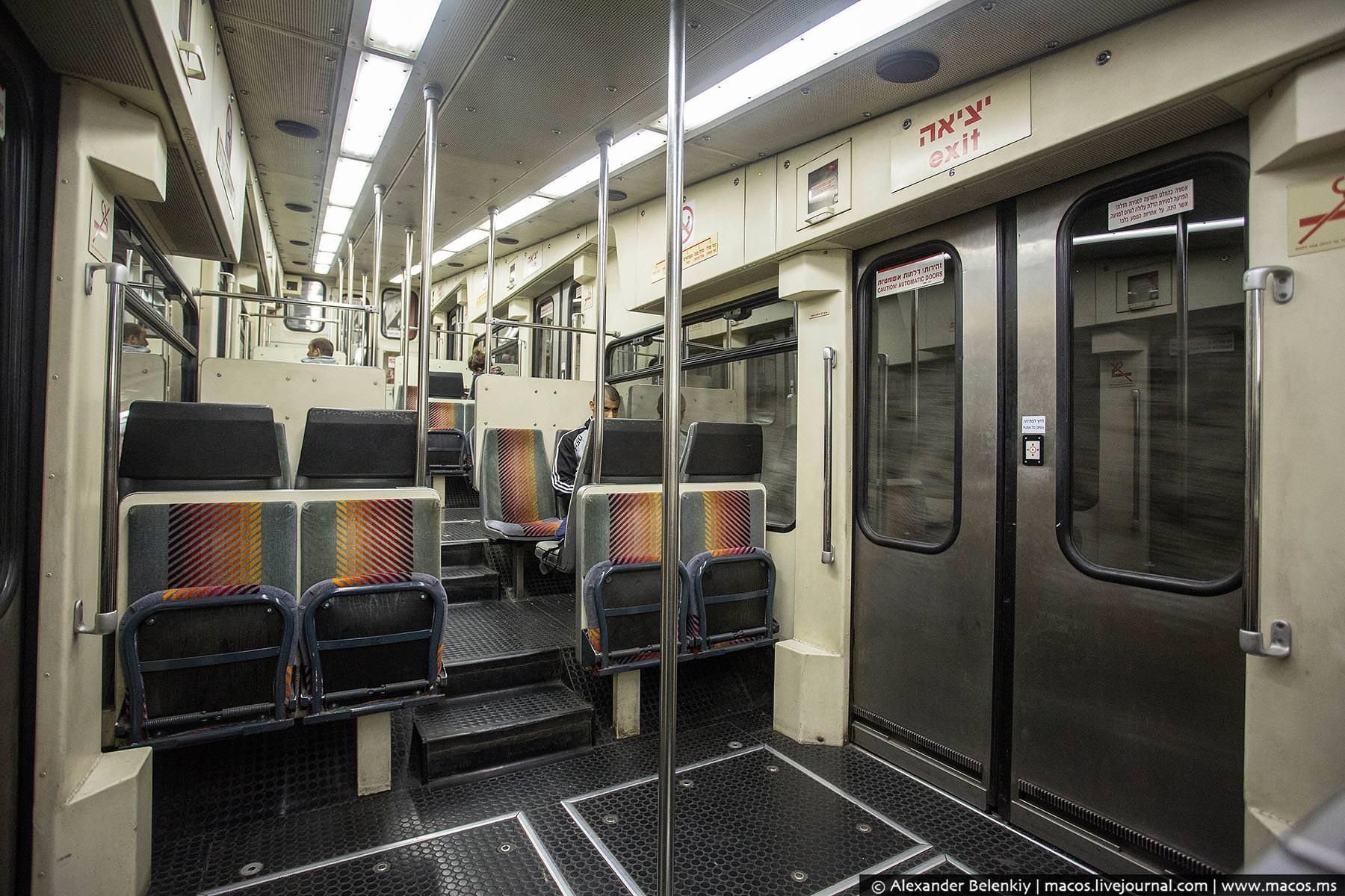 салон поезда курсирующего в метро Хайфы