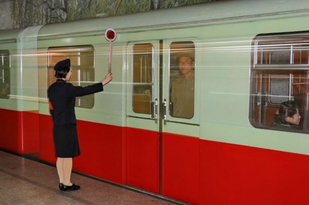 Дежурная по станции в Пхеньянском метрополитене