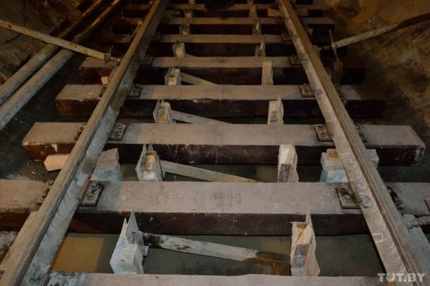 рельсы уложены в тоннеле