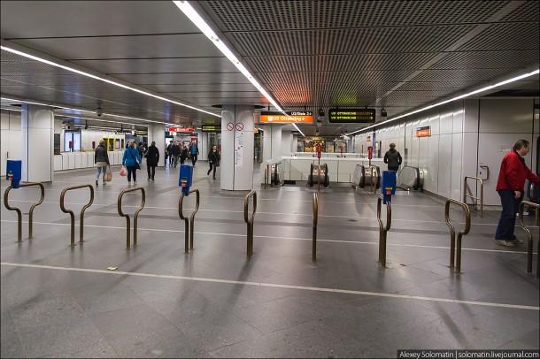 На входе в метро Вены находятся компостеры