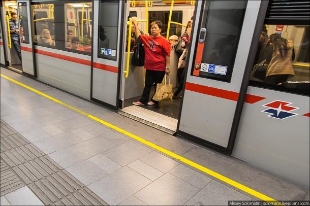 двери поезда метро Вены
