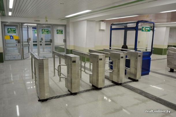Турникеты на выходе со станции метро