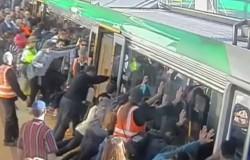 Пассажиры наклонили вагон, чтобы вытащить мужчину, застрявшему между поездом и платформой
