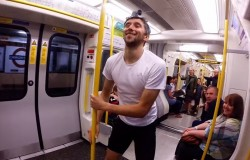Британец обогнал поезд метро