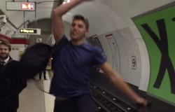 Игра в пин-понг в лондонском метро