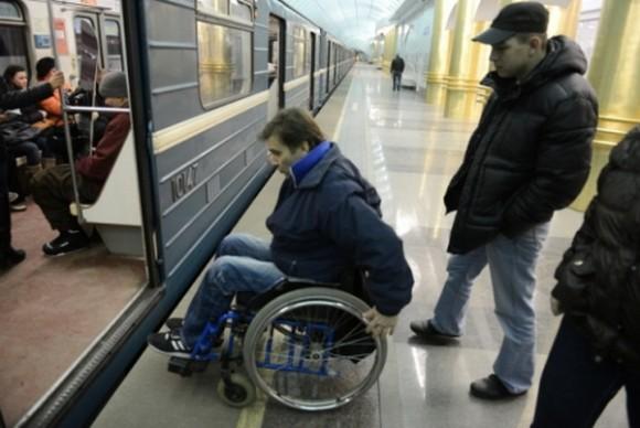 Инвалид-колясочник в метро