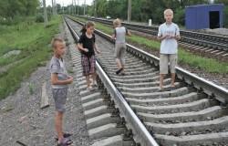 дкти играют на железнодорожных путях