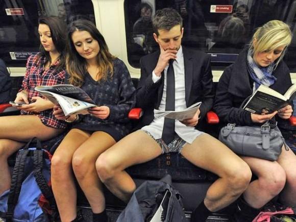 Пассажир с расставленными ногами
